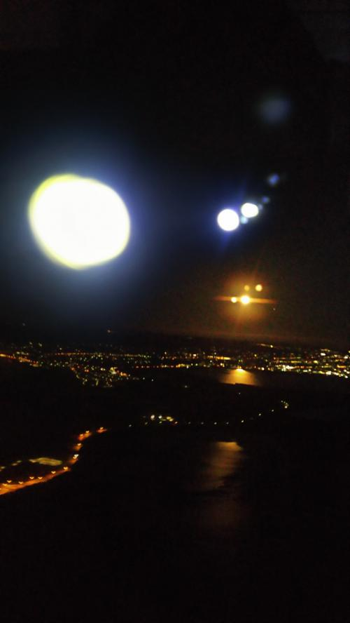 朝6時過ぎ、いよいよ到着、満月がお出迎え