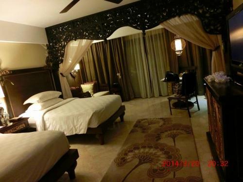夜、アヤナに到着です。<br />ツインでお部屋は広々