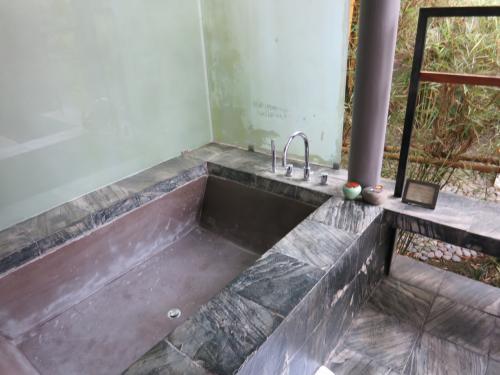 お風呂。バリ島のご多分にもれず、思っきり外ですね。<br />入ろうと思いつつ、ついシャワーで過ごしてしまう。