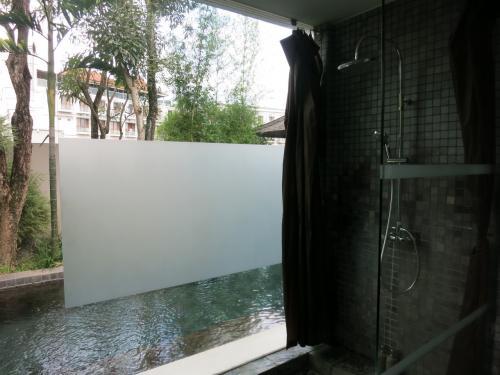 シャワーは、プールからもアクセス可となっている。