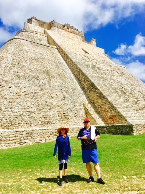 ウシュマルと言えば、魔法使いのピラミッド。魔女が一日で建設したと言う建造物ですが、実際に5回に分けられて建設されています。有名な階段途中に開けられた穴は、4番目の神殿に繋がっていますが、これは発掘の際に間違って開けてしまった穴。。。実際は、反対側に入口があります。<br /><br />とても美しいピラミッドです。