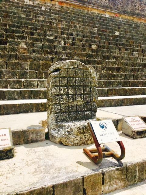ウシュマルに唯一残る碑文。<br /><br />考古学者のシルベイナスモーレイの解読によれば、この碑文の年号は909年。ご存知、マヤの大崩壊では有名な年号が彫られています。<br /><br />この為、やはりウシュマルも909年にマヤ文明の大崩壊に巻き込まれたのは間違いないと考えられています。<br /><br />通常碑文には王が描かれるのですが、ここには碑文だけが刻まれています。しかも、909年、、、何を物語っているのか。。。いまだ謎のままになっています。