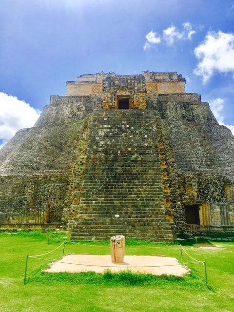 魔法使いのピラミッドの正面。先の階段がある方は裏側です。こっちが正面。<br /><br />神殿の前には、丸い石柱が打ち込まれていますね。これはここにお供え物をおいたとか、いろいろ言われていますが、実は、重要なパワースポットに打ち込まれた男性器を象徴しているとも言われています。<br /><br />カバー遺跡などにいくと、触れることが出来るので、触れられる場所では目いっぱいパワーを充電してください(^^)<br /><br />
