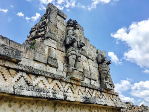 カバー遺跡は「強力な爪をもつ王」という意味だそうですが、実際の名称は若干違っていて、KABHAUMAYAという「神聖な蛇の使い」という意味を持つ遺跡だそうです。<br /><br />とはいえ、その強力な爪をもつ王の像はしっかりと祭られています。<br /><br />完全にトルテカマヤ様式なので、これは10世紀以降の建造物だという事が分かります。<br />