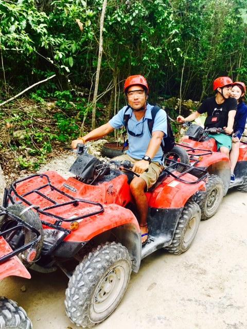 ATVとは4輪バギーのこと。こいつで、ジャングルの中を駆け巡ります。<br /><br />かなりスピードが出るので横転等注意です。<br /><br />実際、今回は、他のグループの女性がジャングルに突っ込んだり、我々のお客様も横転するなど、結構な激しさのあるツアーでした(もちろん、怪我をするような横転ではなかったですよ(笑))