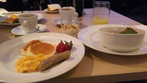ホテルの朝食ビュッフェ。パンケーキマシーンがありました。<br />さすが、食料自給率100%超えのオーストラリア、ここシドニーは冬ですが、いろい大陸の中には夏があるせいか、果物はキ-ウイ、イチゴとスイカ、メロンなど充実しています
