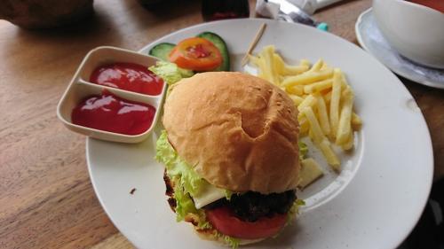 棚田のワルンでの昼食です、バリ島らしくなくて恐縮です!孫バカじいちゃんは、ハンバーガーをいただきました。<br />バリ島来てなんでハンバーガーなんですかねぇ?