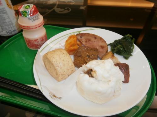 朝が早かったので、ホテルで朝食はとれず、エバー航空のラウンジで朝食をとりました<br /><br />チーズのにおいがすごかったらしいです