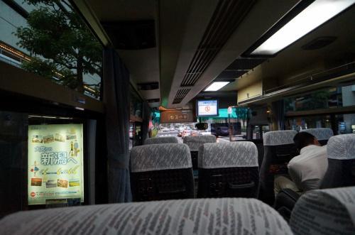 旅の始まりは大宮駅から羽田空港行きバスに乗ります。<br />午後7時ごろに出発、高速に乗る前までは多少渋滞しましたが、高速は流れており1時間30分ほどで羽田空港へ到着。<br /><br />