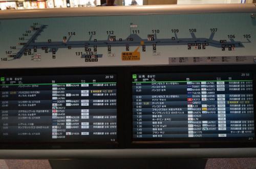 出国手続き後の案内ボード。<br />搭乗ゲートを確認するのに便利。
