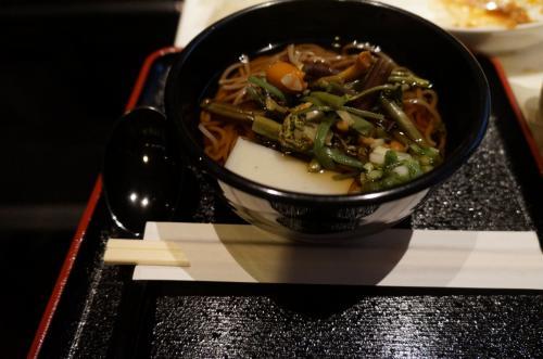 山菜そばを食べます。