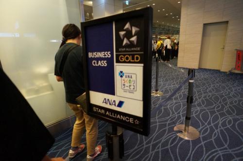 搭乗時間となり、ゲートへ。<br />ビジネス+☆Gの優先搭乗が50人ぐらい並んでます。