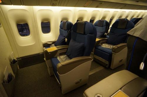 B767のビジネスシートは旧タイプなので、深夜便ですが熟睡は出来ません。