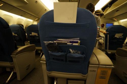 横に2-1-2の座席配置。<br />シートピッチはわりと広め。