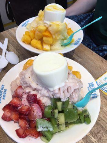 パンナコッタがのったマンゴーかき氷とイチゴのかき氷。<br /><br />3人でシェアしたけどすんごいボリューム。