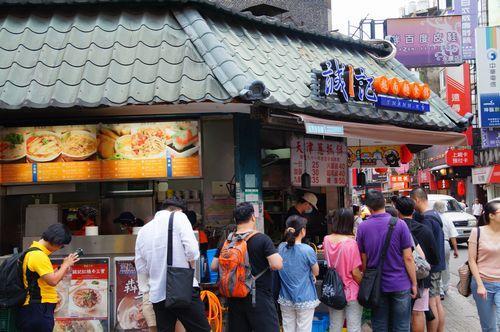 お店の向かいに何やら行列が。<br /><br />これは一体何屋さん??とのぞいてみたら<br /><br />たまたまガイドブックでチェックしてたお店だった!!(笑)<br /><br />天津葱抓餅のお店。<br />