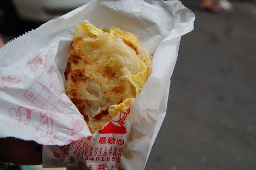 梅田の阪神百貨店に売ってるイカ焼きのイカ無し版のようなお味?(笑)<br /><br />あっさりして美味しかった^^<br /><br />30元。安い!