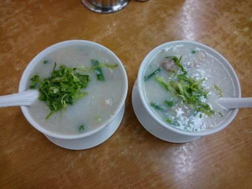 魚腩及第粥(魚アラ・モツ・レバー)<br />魚腩肉丸粥(魚アラ・豚のつみれ)<br /><br />各HK$46.00