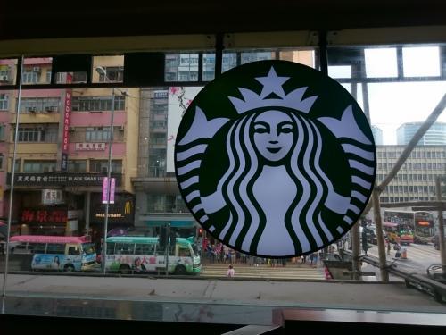 黄大山の後は香港島へ行くのですが、お腹はまだ空いていないけど蒸し暑いのでのどが渇いたねと、スタバへ。<br />