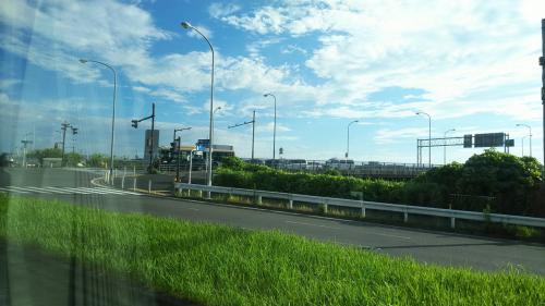 雨男の自分にしては、まずまずの天気。<br /><br />2017年3月に、鶴見の近くの大黒ジャンクションと第三京浜の港北インターを結ぶ「横浜北線」と言う道路が開通し、新横浜ー羽田のバスのルートが大きく変わっていました。<br />横浜駅近辺、新山下、ベイブリッジを経由する首都高をショートカットするため、所要が短くなった気がします。