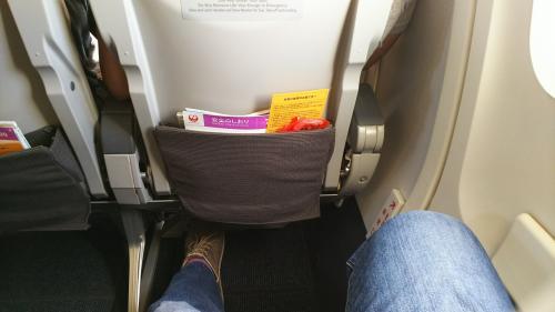 非常口の足元広めの座席、事前に指定しておきました。<br />この席を事前に押さえられるのも、JGC会員ならではの特典です。