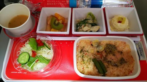 名古屋ーバンコク線の機内食。<br />サーモンが乗っかった、トマト味のご飯でした。<br />搭乗前にカレーを食べたせいかもしれませんが、あまり美味しくなかったです。
