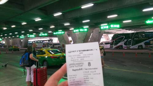 レーン番号が書かれたレシートが出てくるので、指定されたレーンに向かい、タクシーに乗ります。<br />空港運営会社からライセンスが与えられた登録タクシー以外はここで営業できないシステムになっています。バンコクには、まだまだ、ボッタクリのタクシーが多く、これは、その対策です。