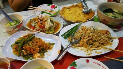 晩ご飯は、もちろん、タイ飯。<br />パッタイ、ソムタム、オムレツ、タイスキ…食べ過ぎた。