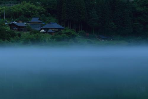 16:00 霧幻峡(むげんきょう)<br /><br />やっと福島に到着。<br /><br />夕方も川霧が立ち込め幻想的。<br /><br /><br /><br />駐車スペース有り