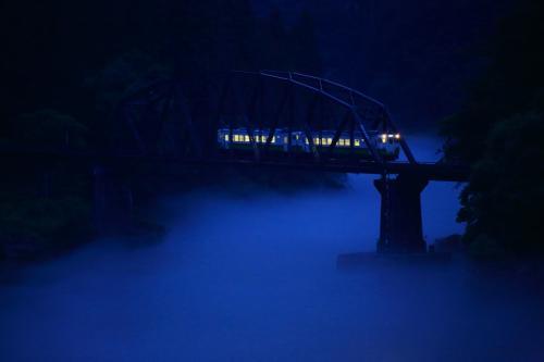 19:17 水沼公園/第四只見川橋梁<br /><br />只見川の川霧の中をゆっくり走る列車。<br /><br /><br />駐車場 無料<br /><br />この後、道の駅/尾瀬街道みしま宿に移動して車中泊。