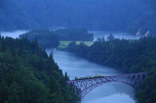 第一只見川橋梁展望台<br /><br />筋金入りの撮り鉄の方々は一番上のポイントへ行くので中段より下は私のような素人向き。<br />当日も親子連れが1組のみ。<br /><br />5時半頃は川霧も濃く立ち込めていたけど列車が来る頃にはしぼんでしまった。