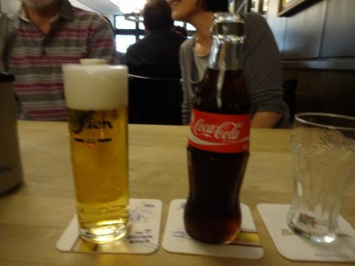 10kmほど移動してケルン。まずランチです。<br />夫のビールと私はコーラ。