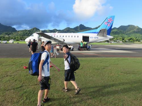 エアラロトンガは、南国らしいデザインのプロペラ機<br /><br />国内線といはいえ、荷物チャックがなかったことに、この島の平和さを感じた出発前でした。