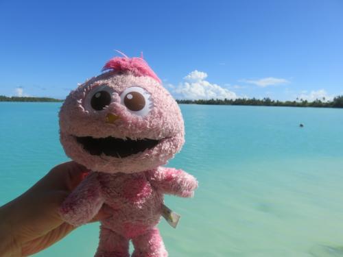 アイツタキブルーは、子供が持っていったモッピーのピンク色が<br />映えるステキな海でした。