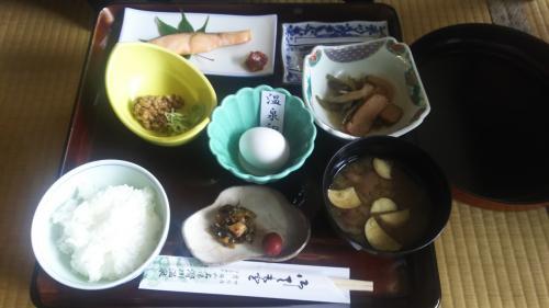 朝ご飯もおいしくいただきました。素材も お味も ちょうどいい!やっぱりお米がおいしい!<br />チェックインは14時、チェックアウトは11時、帰りの送迎は12:50。まさかの約23時間滞在、大満足!(^ー^)<br />お昼ごはんは、米沢駅まで行って米沢牛のすき焼き。米沢冷やしラーメンと 「だし」の入った蕎麦もいただきたかったけど、がまん。