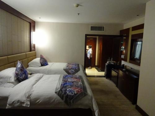 成都 羅曼大酒店<br />飛行機は、午後10時半着なので、そのままホテルに直行<br />・・広い・・ツアーってこんな広い部屋に泊まるんだ・・<br />と 思いつつ 寝るだけなんだから、もっと安いホテルでいいのに<br />とか、貧乏人的発想も・・・しかも、このホテル、冷房のききがいまいちだし、冷蔵庫もないし、立派な割には、いまいちな点も・・とか思ってたんだけど、<br />ビール飲みたさに、フロントに行ってコンビニの場所を聞いたら、フロントのきれいなお姉さんが、わざわざ道路まで出てくれて、あっちって教えてくれて、その親切さに、いっぺんで不満解消  でした。<br /><br /><br />