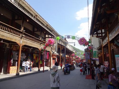 松藩古城<br />九寨溝に行く途中にある小さな街です。<br />かっては、漢族とチベット族の交易で栄えた街だそうです。<br />いちおう、昔っぽい街並みが残っていて、お土産屋さんや普通のお店が並んでいました。<br /><br />