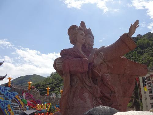 松藩古城の入口にある像です。<br />右側がチベット族の王様、左側が王様に嫁いだ漢族の王女様だそうで<br />和平の象徴だそうです。