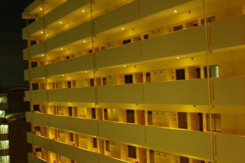新館は入り口からエレベーターを乗り継いでこんなマンションみたいなところでした。<br />素泊まり一人5,500円。<br />部屋は普通のキレイめ。