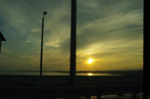 翌朝、5:20ホテル発のシャトルバスにて関空へ。<br />東北は土日とも雨予報だけど、この朝日見てたらなんとかなりそうな気が。