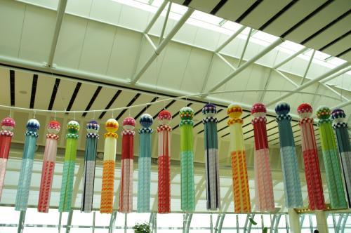 七夕が近い(旧暦のね)ので、七夕飾りも全力になってた。<br />これは前回も同じの見た。これ、好き。<br />しばらく空港内をウロウロします。