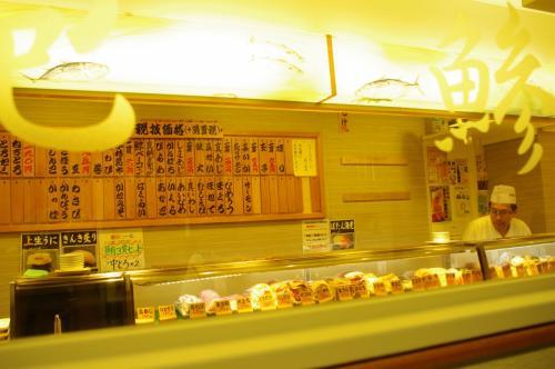まずは朝ごはんです。<br />旅会東北支部長から軽く情報をもらっていた北辰鮨へ開店前に並んでみます。
