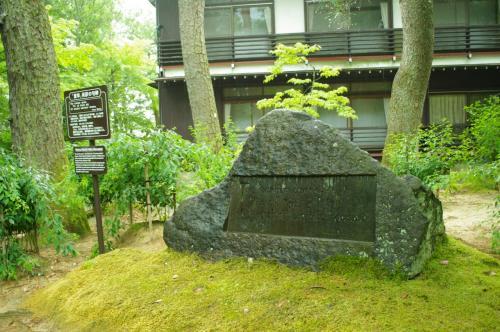 まず見つけたのは、松尾芭蕉の「夏草や兵どもが夢の跡」が英訳された石碑。