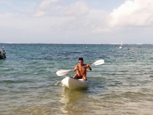 待ち合わせの時間まで朝のビーチでカヌー体験。