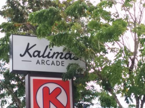 さて、ランチにやってきました。<br /><br />ジンバランにあるモールです。<br />場所を忘れるといけないので、名前だけ撮ったつもりですが、木で見えない(^^;)