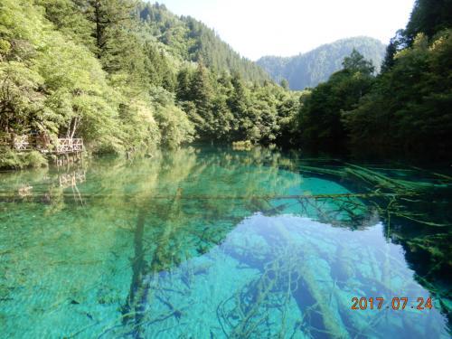 天気も良く、澄んだ水で青や緑の池や滝はまさに絶景です。写真そのままの風景です。ただしツアーはどうしても時間が決められてしまいますからねー。ひとつの池に5分程度しか滞在できませんでした(泣)<br />