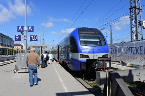 終着駅型のミュンヘン駅南端は11番線。その先を先頭まで歩くと5番線から10番線のホームが見えてくる。この10番線から出発する私鉄メリディアンに乗って出発。ザルツブルク行きの電車は週末を郊外で過ごすのか家族連れやお年寄りの団体でほぼ満席。