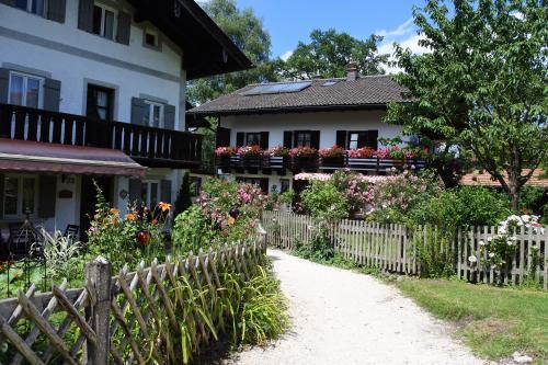 フラウエンインゼルは小さな島。船から見えた修道院、ドイツらしい素敵な家々。奥には干物サンド屋さんやお土産屋さんも。