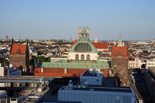 ホテルに戻って、ゆっくりと過ごす。ホテルの部屋からミュンヘンの中心部が見える。ドイツの夏は日が長い。20時でも昼間のよう。