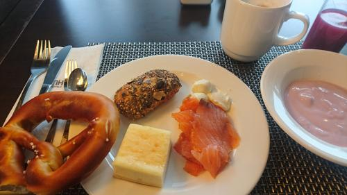 ミュンヘンは素泊まりプラン。でも、翌朝はホテルの朝食ビュッフェを覗いてみる。<br />ブレーツェル。ドイツパン、賛否両論、でも、わたしは大好き。